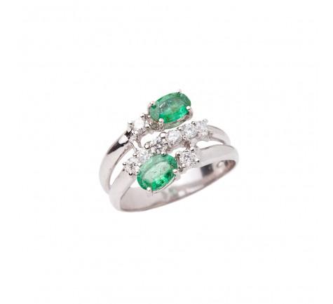 Sortija en diamantes y esmeraldas con 0.40 cts