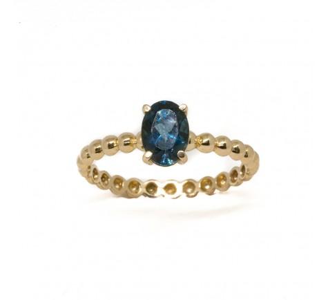 Sortija con piedra de color azul semipreciosa en oro de 18K