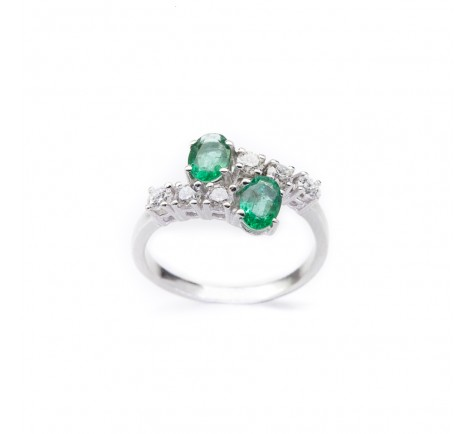 Sortija de diamantes y esmeraldas, con 0,50 ctes y 0,90 ctes en esmeraldas