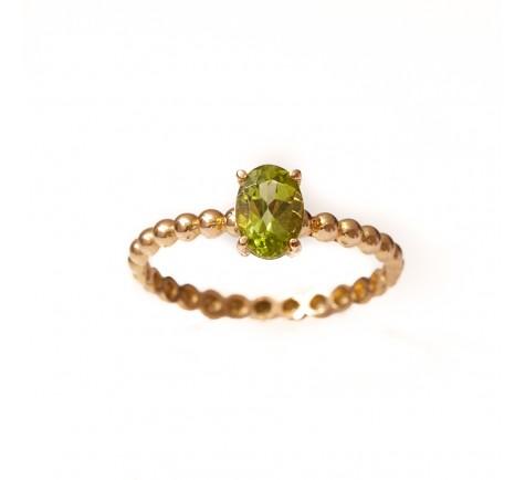 Sortija con piedra de color verde semipreciosa en oro de 18K