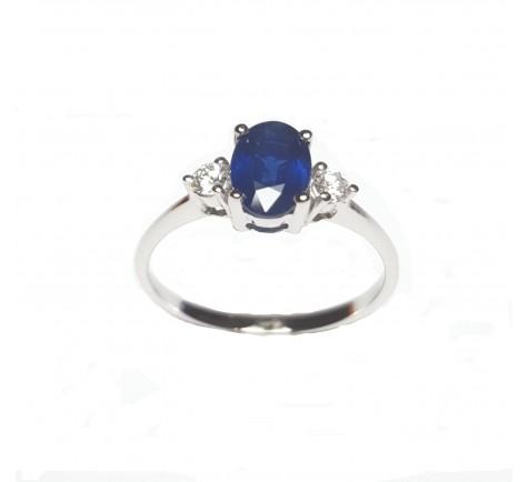 Sortija con diamantes y zafiro azul en oro blanco de 18K